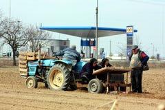 Trabajo en el terreno en zonas rurales del Transcarpathia en primavera Imagen de archivo