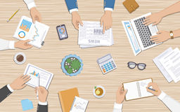 Trabajo en equipo, concepto de la reunión de negocios Hombres de negocios en el escritorio con los documentos, ordenador portátil Fotografía de archivo libre de regalías