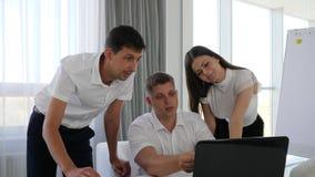 Trabajo en equipo de la gente de la oficina en el ordenador portátil al desarrollo de negocios de las ideas en la sala de reunión metrajes