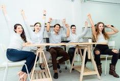Trabajo en equipo de los hombres de negocios asiáticos jovenes que trabajan trato elegante del éxito y celebrar en oficina mode foto de archivo