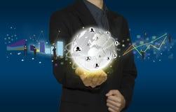 Trabajo en equipo del control de la mano del hombre de negocios presente en la tableta Imagenes de archivo