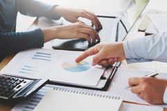 trabajo en equipo del negocio para trabajar nuevo proyecto en oficina Finanzas y contabilidad imagen de archivo