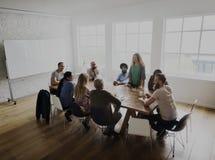 Trabajo en equipo diverso de la gente en la mesa de reuniones Fotografía de archivo libre de regalías