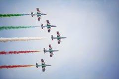 Trabajo en equipo en el cielo Frecce Tricolori en la acción Imágenes de archivo libres de regalías