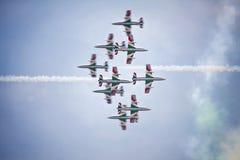 Trabajo en equipo en el cielo Frecce Tricolori en la acción Imagenes de archivo