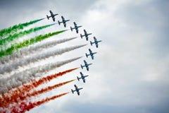 Trabajo en equipo en el cielo Frecce Tricolori en la acción Fotos de archivo
