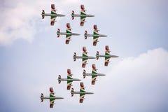 Trabajo en equipo en el cielo Frecce Tricolori en la acción Foto de archivo