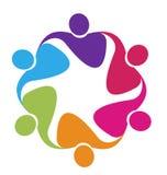 Trabajo en equipo en un logotipo del abrazo Imagen de archivo libre de regalías