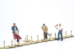 Trabajo en equipo miniatura de la gente que supera concepto del negocio de los obstáculos Imágenes de archivo libres de regalías