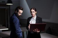 Trabajo en equipo y reunión de negocios del wor acertado de la oficina corporativa Imagen de archivo libre de regalías