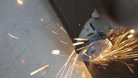 Trabajo en grande sobre cortar las barras de hierro, herramienta eléctrica de la mano usada para el metal suave almacen de metraje de vídeo