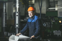 Trabajo en la producción contra un fondo de máquinas del