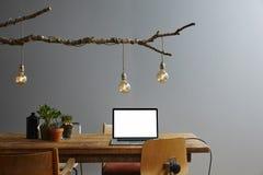 Trabajo en un ordenador portátil moderno del interior de la forma de vida del ambiente Fotos de archivo libres de regalías