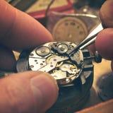 Trabajo en un reloj mecánico Fotografía de archivo