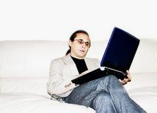 Trabajo en un sofá 01 Imágenes de archivo libres de regalías