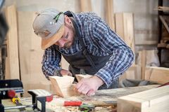 Trabajo experimentado del carpintero con de madera imagen de archivo