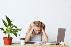 Trabajo femenino agotador con las figuras, no sabiendo hacer el informe de negocios, teniendo pánico, siendo centrado en document Imagenes de archivo