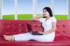 Trabajo femenino asiático en el ordenador portátil Fotografía de archivo