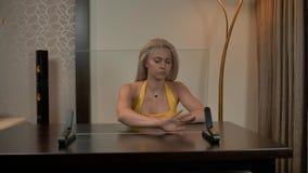 Trabajo femenino con la pantalla de ordenador de cristal almacen de video