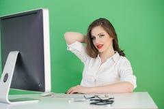 Trabajo femenino en el escritorio Fotos de archivo