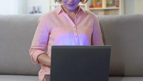 Trabajo femenino en el ordenador portátil en casa, concepto independiente, impacto de la tecnología en vida de cada día almacen de metraje de vídeo