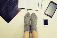 Trabajo femenino en los dispositivos múltiples Imagen de archivo libre de regalías