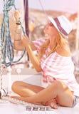 Trabajo femenino lindo en el velero Fotos de archivo