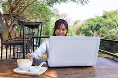 Trabajo independiente adolescente con la pluma del ratón en el ordenador portátil Fotos de archivo