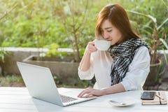 Trabajo independiente de la mujer adolescente joven hermosa con el ordenador portátil con a Imágenes de archivo libres de regalías