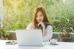 Trabajo independiente de la mujer adolescente joven hermosa con el ordenador portátil con a Fotografía de archivo