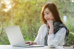 Trabajo independiente de la mujer adolescente joven hermosa con el ordenador portátil con a Fotos de archivo libres de regalías