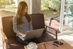 Trabajo independiente de la mujer adolescente joven hermosa con el ordenador portátil en el coff Foto de archivo