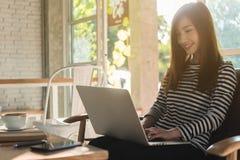 Trabajo independiente de la mujer adolescente joven hermosa con el ordenador portátil en el coff Fotos de archivo