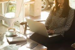 Trabajo independiente de la mujer adolescente joven hermosa con el ordenador portátil en el coff Fotografía de archivo libre de regalías
