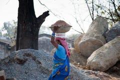 Trabajo indio de la mujer en el trabajador Foto de archivo libre de regalías