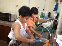Trabajo infantil contra tareas de hogar Fotografía de archivo libre de regalías