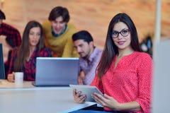 Trabajo joven de los profesionales en oficina moderna Discusión del equipo del gestor de proyecto imagenes de archivo