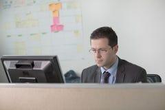 Trabajo joven feliz del hombre de negocios en oficina moderna Hombre de negocios hermoso In Office Bussinesmen reales del economi fotos de archivo libres de regalías