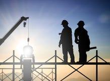 Trabajo masculino acertado de la encuesta sobre la situación del ingeniero de la silueta sobre contra Foto de archivo libre de regalías