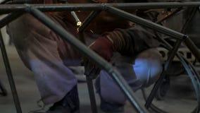 Trabajo masculino con acero almacen de video