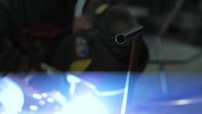 Trabajo masculino con acero metrajes
