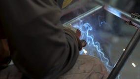 Trabajo masculino con acero almacen de metraje de vídeo