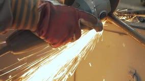 Trabajo masculino con el metal almacen de metraje de vídeo