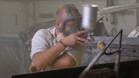 Trabajo masculino en taller de pintura metrajes