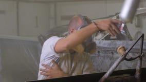 Trabajo masculino en taller de pintura almacen de metraje de vídeo