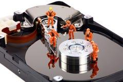 Trabajo miniatura de los técnicos sobre mecanismo impulsor duro Imagenes de archivo