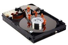 Trabajo miniatura de los técnicos sobre mecanismo impulsor duro Foto de archivo libre de regalías