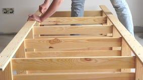 trabajo No-femenino la mujer joven monta los muebles de madera dentro metrajes