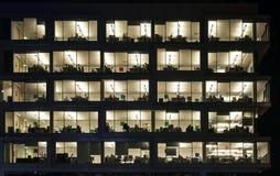 Trabajo nocturno en bloque de oficina Foto de archivo