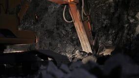 Trabajo nocturno en la mina almacen de metraje de vídeo
